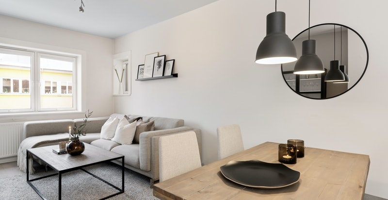 Stuen er romslig og har god plass til både spisestue og sofa