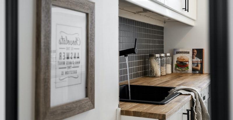 Kjøkkenet vender i likhet med soverommet ut mot sameiets svært hyggelige bakgård.