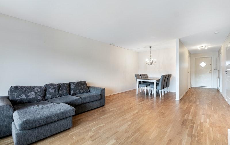 På stuen har du god plass til sofa og spisebord