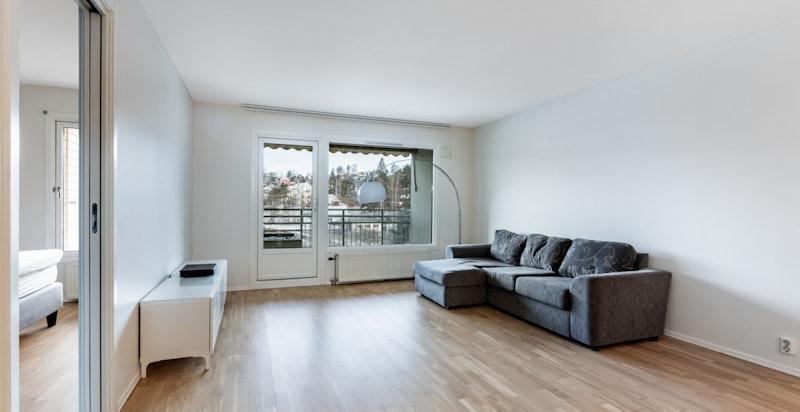 Lys og luftig stue med utgang til romslig balkong