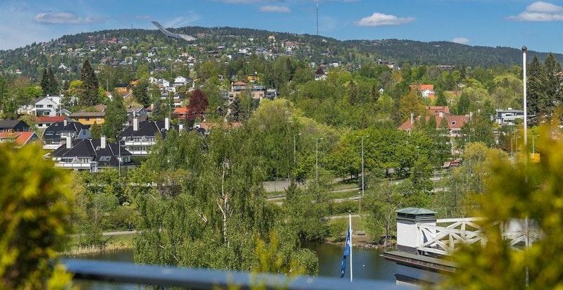Utsikten er 360 grader mot Holmenkollåsen, fjorden og byen