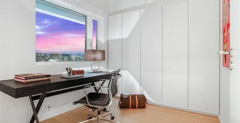 Soverom 3 / hjemmekontor med integrert skapseng i den plassbygde garderoben