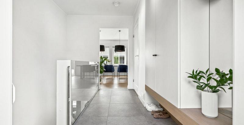 Entré med garderobe og varmekabler i gulv. Alle husets garderober designet av Paulsen & Nilsen