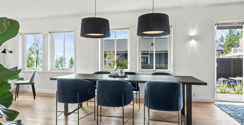 I hovedetasjen er stue, spisestue og kjøkken i åpen løsning. Belysningsplan i hele huset designet av Paulsen & Nilsen med takbelysning fra Delta Lights og SG