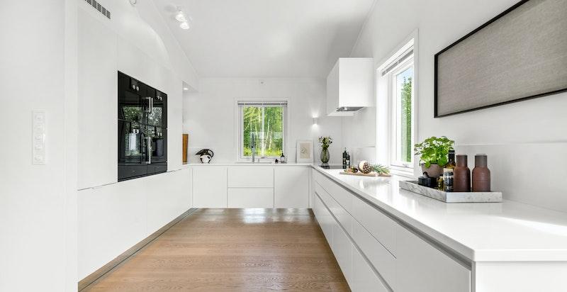Stort og innholdsrikt kjøkken med lekker Sigdal innredning (Modell Line Handless), betydelig oppgradert utover opprinnelig standard leveranse for huset