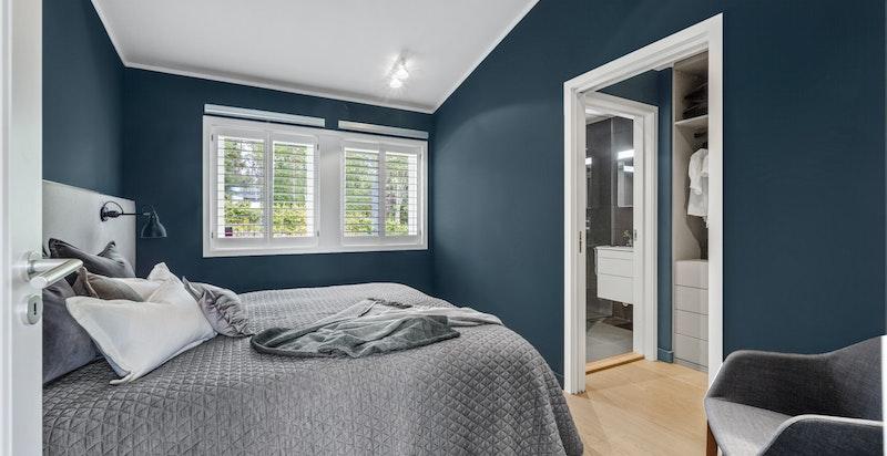 Hovedetasjen har ett romslig soverom med en praktisk tilliggende walk-in closet. Lekre shutters på vinduer i alle soverom