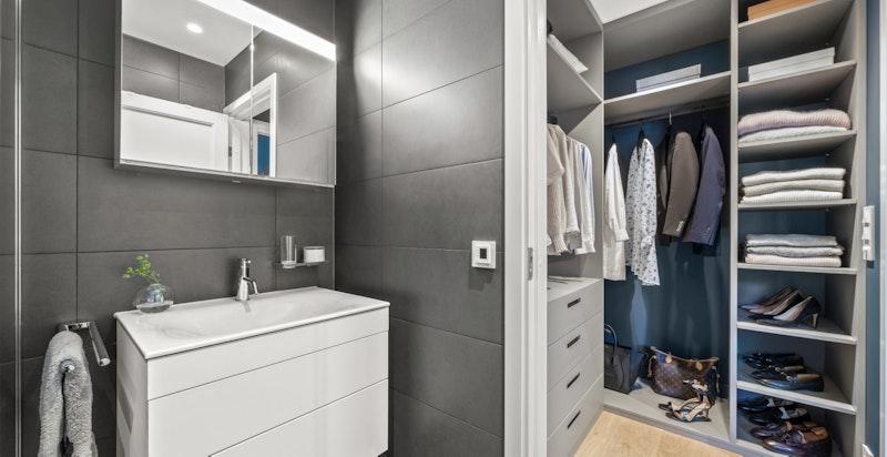 Direkte adkomst fra garderobe til master baderom