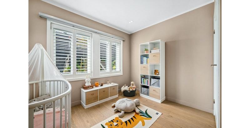 Det foreligger plantegninger fra interiørarkitekt på hvordan to rom kan bygges om til tre soverom