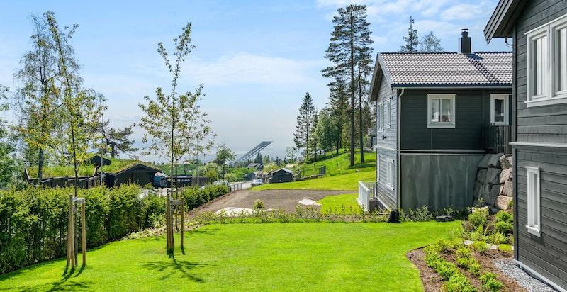 Fra boligen er det flott utsikt mot øst og syd til indre Oslofjord, Bygdøy, deler av byen, Vettakolltoppen, Nordmarka og området rundt med bebyggelse
