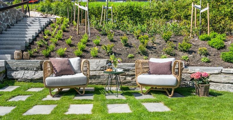 Tomten har gode solforhold, skifer/støttemurer og pent opparbeidet hage med gressplen (avgrenset med stålkant i Cortenstål), beplantning og hyggelige uteområder med god plass til hagemøbler og grill