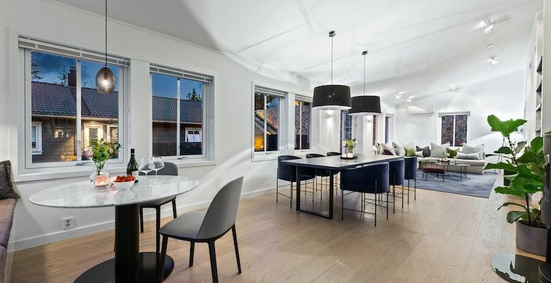 Det åpne rommet går gjennom hele etasjen. Plassbygget bokhylle tegnet av Paulsen & Nilsen. Peisovn med glassfront