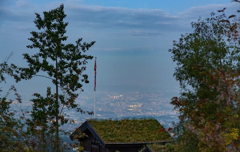 Høyt hevet over byen, i naturskjønne og idylliske omgivelser med nydelig utsikt over byen