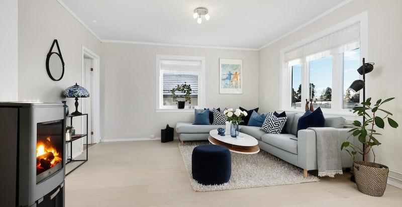 lys og luftig stue med peis, salongdel,spisestue og utgang til terrasse