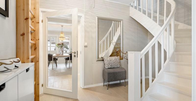 Inngangsparti / hall med trapp opp til loft