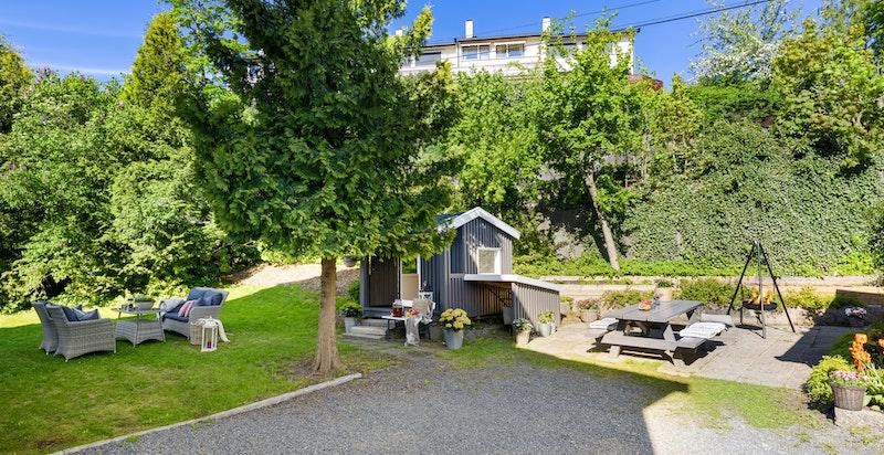 Hyggelig hage med god plass til å boltre seg på på siden av boligen.