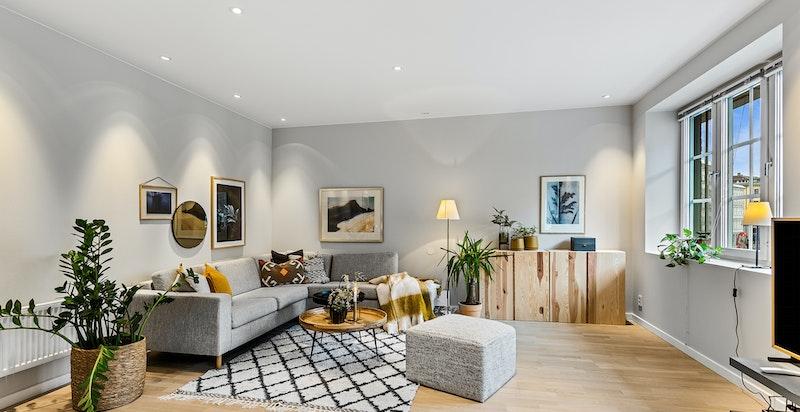 Lys og luftig stue med god takhøyde og store vinduer