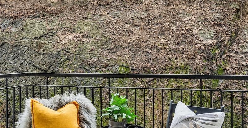 Balkong ut mot rolig bakgård
