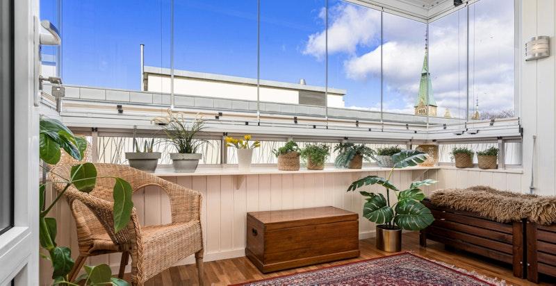 Innglasset balkong fungerer som ekstra oppholdsrom