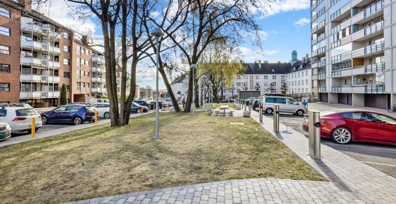 """Flotte felleareal med """"parken"""". 15 garasjeplasser og 56 parkeringsplasser leies ut etter venteliste"""
