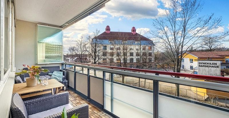 Vestvendt balkong med hyggelig utsyn. Sol fra 16-22 sommerstid