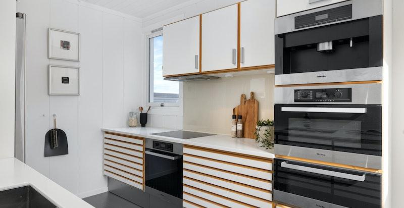 Kjøkkenet er komplett utstyrt med hvitevarer fra Miele