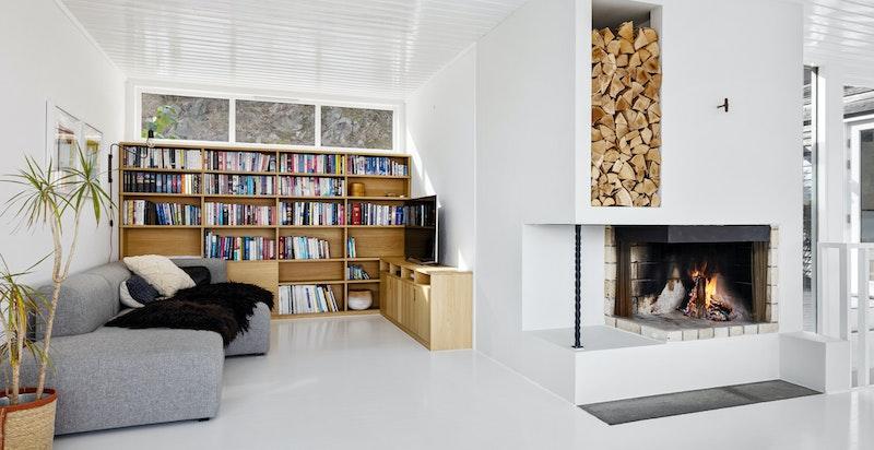 Plassbygget TV-seksjon og bokylle. Peis for hygge og oppvarming på høst- og vinterstid