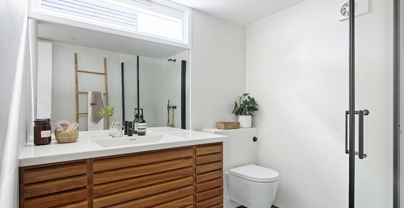 Delikat gjestebad/barnebad, oppgradert 2021 med ny membran og fliser. Innredning fra Unoform