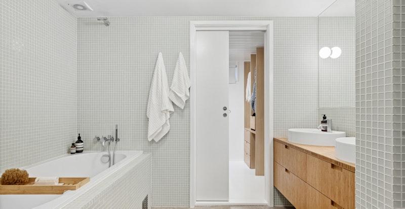 Hovedbad fra 2013 med innmurt badekar, mosaikkfliser og plassbygget innredning