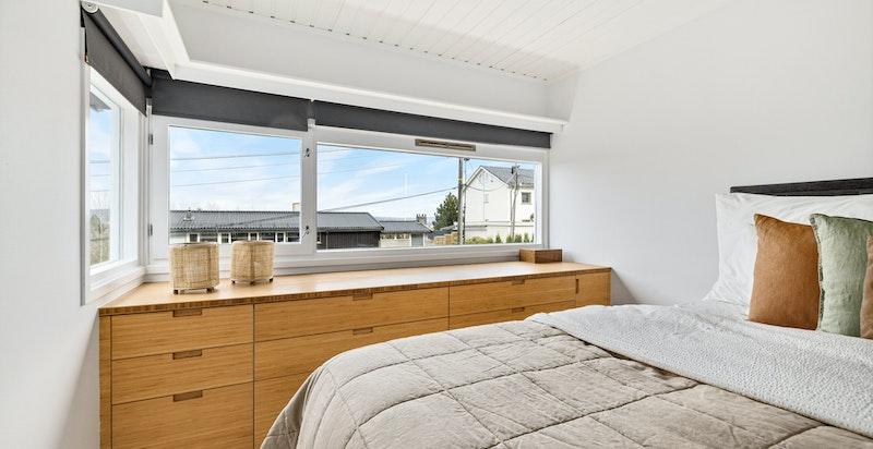 Plassbygget innredning og god plass til dobbeltseng med nattbord på begge sider