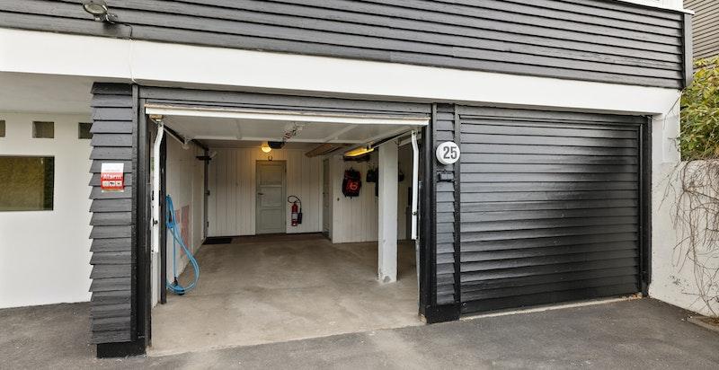 Garasjen har egen sideinngang og er utstyrt med to elektriske porter, samt elbil-lader