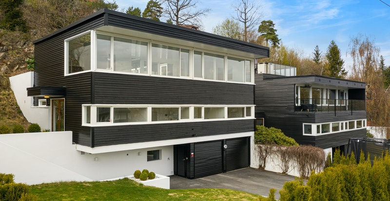 Fasade og hage fra syd