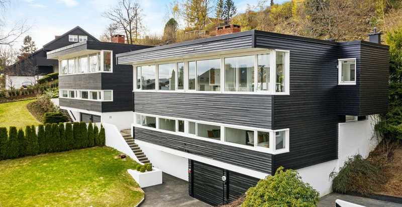 Fasade og hage fra øst. Fasaden ble nymalt april 2021
