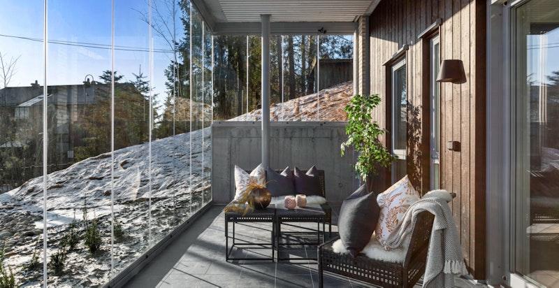 Fra stuen er det utgang til en stor terrasse på ca. 12 m².