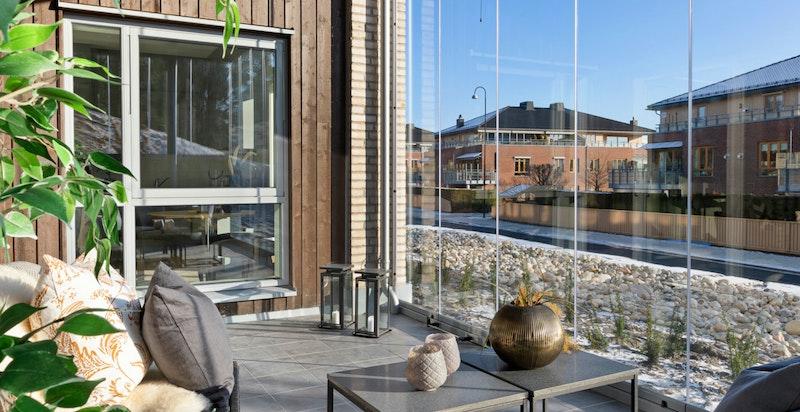 Herlig terrasse med god plass til utemøbler, beplantning og grill.
