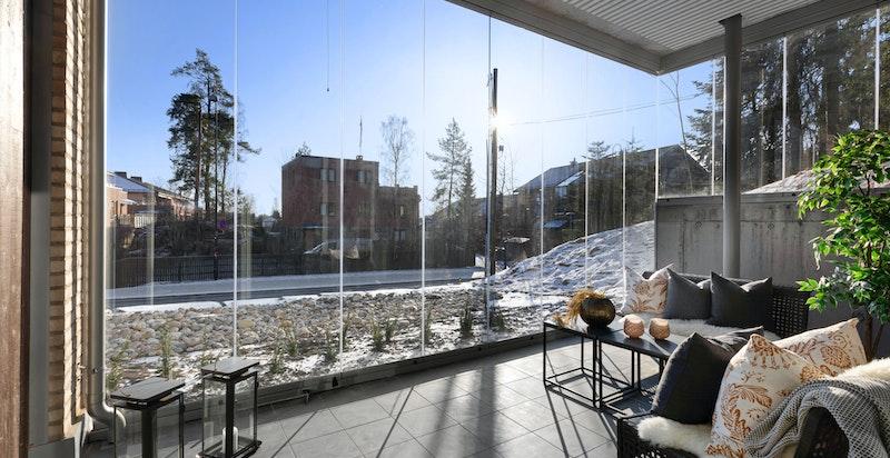 """Terrassen har foldevegg i glass og utvendig belysning av type """"Spike 1100 LED"""" + kontakt."""