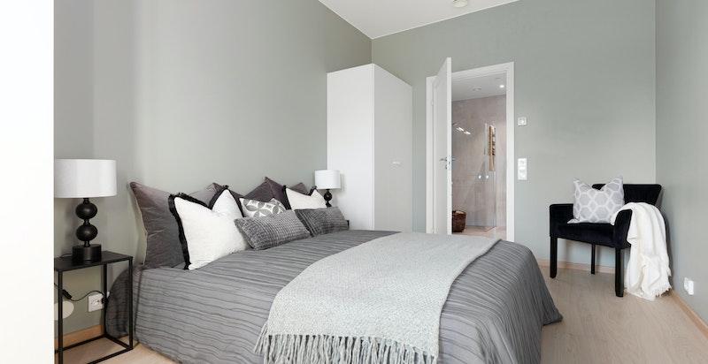 Soverommet har 1 meter Sigdal garderobeskap pr. sengeplass som gir godt med oppbevaringplass.