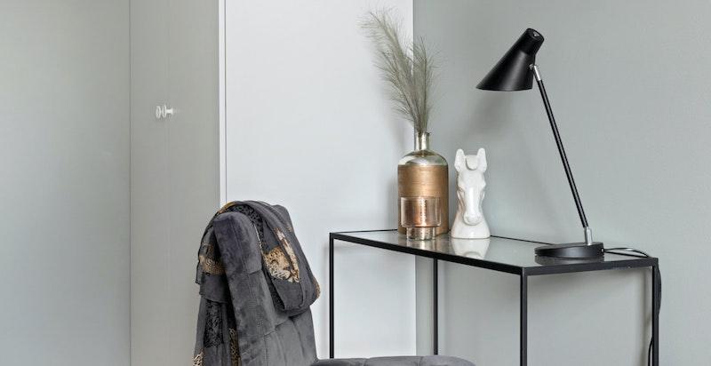 Soverom 2 har plass til seng, nattbord, skrivebord og det medfølger 1 meter Sigdal garderobeskap.