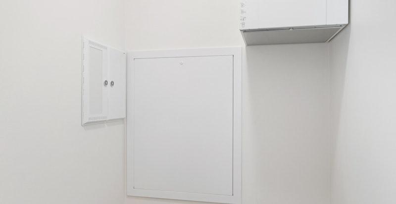Bod/tekniskrom i tilknytning til entré som gir ekstra oppbevaringsmuligheter. Det har blitt gjort tilvalg med gulvfliser i entré og bod/tekniskrom.