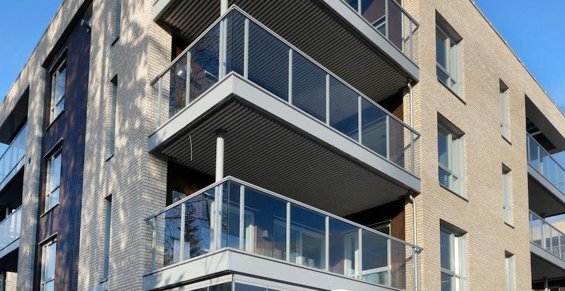 Tilbaketrukken beliggenhet høyt og fritt oppe på en liten kolle med hyggelig utsikt mot omgivelsene rundt .