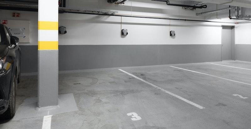 Det medfølger en biloppstillingsplass i felles bilgarasje- mulighet for to biloppstillingslasser.