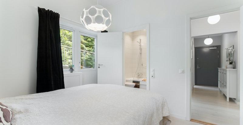 Fra hovedsoverommet med god skapplass og tilknyttet eget bad