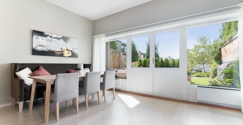Meget luftig stue med god spiseplass og store vindusflater