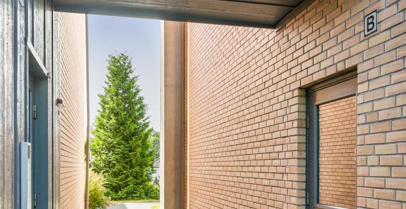 Hyggelig inngangsparti, inn til høyre er oppgangen til leiligheten med kun 2 leilgheter. Inn til vestre er garasjeanlegget og bod