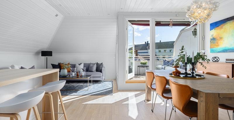 Stor og åpen stue- kjøkkenløsning med godt lysinnslipp