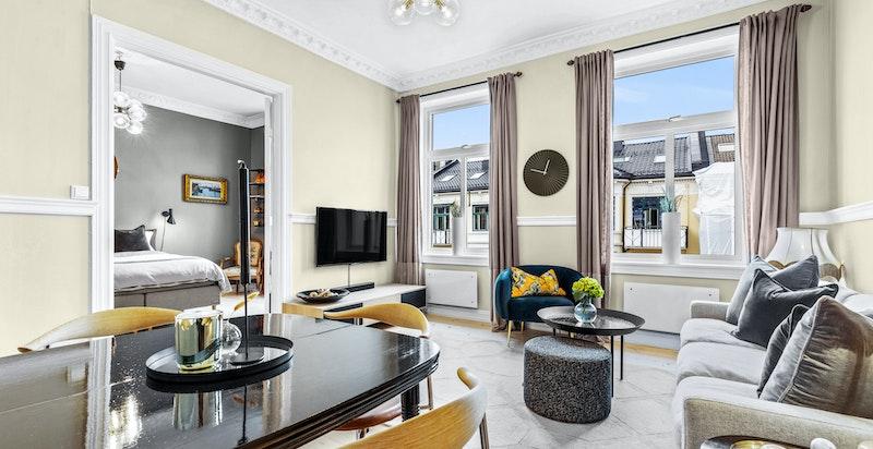 Lys og luftig stue med doble originale fløydører