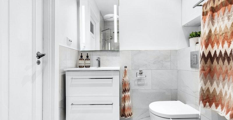 Servantinnredning med skuffer og speil med lys