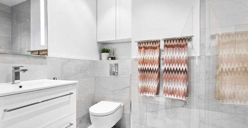 Nytt bad 2021: Tiløse fliser med varmekabler og servantinnredning, dusj med glassdør og vegghengt wc