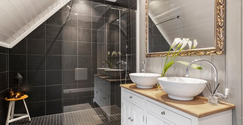 Etasjen har to komplette bad som ligger i praktisk tilknytning til soverommene.