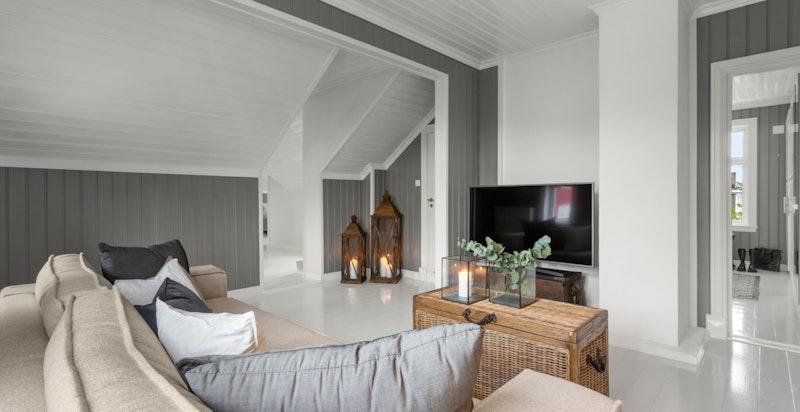 Stuen er malt i en behagelig gråtone som står i fin kontrast til hvitmalte dørkarmer og himling.