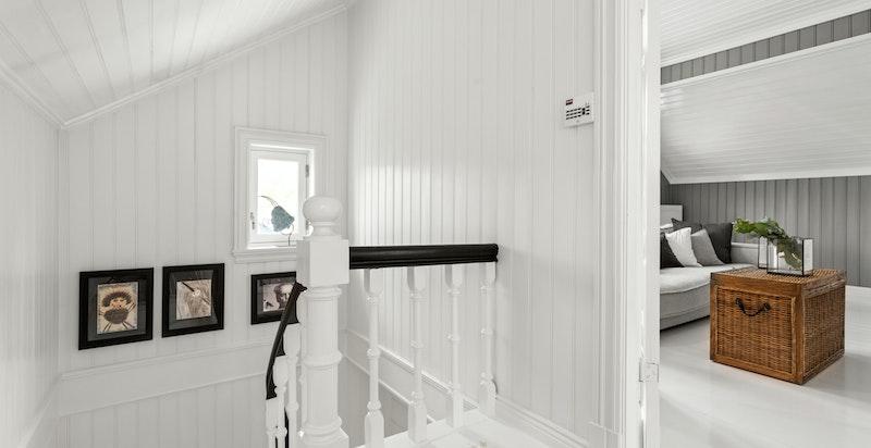 Andre etasje inneholder stue, fire soverom og to komplette bad.